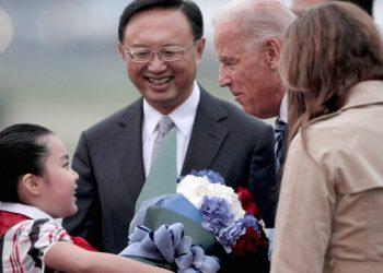 2011年8月17日,時任美國副總統拜登訪華,楊潔篪在北京首都國際機場迎接。