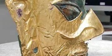 三星堆2021年新出土的黃金面具殘片(視頻截圖)。